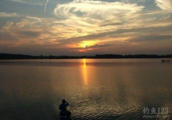 夏季水库钓鱼钓位、饵料的选择技巧