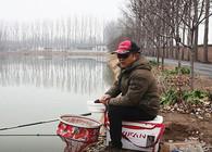 《渔课堂》为何老钓手在冬天仍能上大鱼?他们懂2个基本原则!