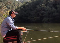 《户外老曹》这种鱼你钓过没,看看老曹怎么用散炮把它钓上来!