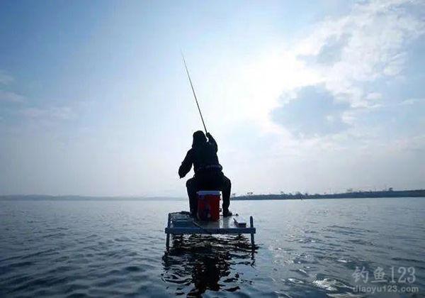 最新钓鱼调漂技巧方法图解 手竿钓鱼技巧调漂找底水库蚯蚓