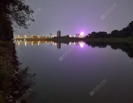高温天气雨后闷、河边垂钓求清凉。