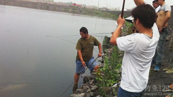 手竿遛草鱼