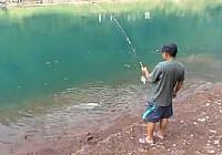 《垂钓工具鱼视频》水库海竿垂钓草鱼视频