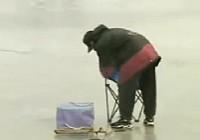 《程寧釣魚視頻》如何進行冰釣
