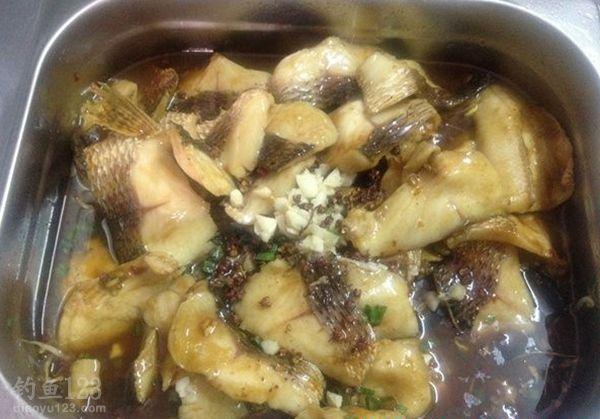 食人鱼餐桌上的美味